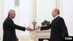 Владимир Путин и Рауль Хаджимба на встрече в Москве 1 декабря 2016 года