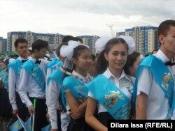 Выпускники школы на свом празднике. Шымкент, 24 июня 2015 года.