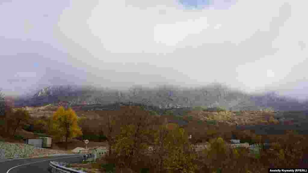 Із плато Демерджі на Лучисте опускається чи то хмара, чи то туман