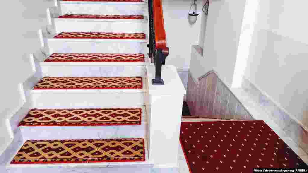 Cami içindeki merdiven mermerden yapılğan