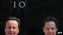 Премьер-министр Великобритании Давид Кэмерон (слева) и вице-премьер Ник Клегг