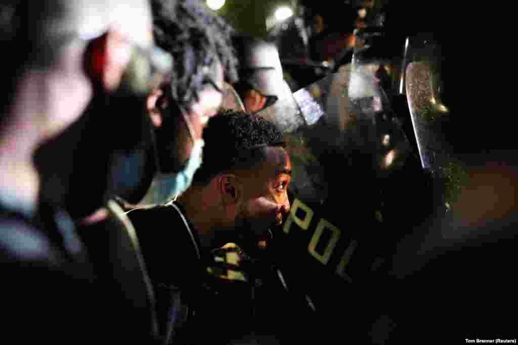 Нацгвардійці США у захисному спорядженні – обличчям до обличчя із протестувальниками в парку Лафайєтт у Вашингтоні. Національна гвардія намагається тримати демонстрантів подалі від Білого дому. США. 30 травня 2020 року (Фото REUTERS/Tom Brenner)