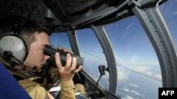 ارتش فرانسه در تلاش برای یافتن آثار هواپیمای ناپدید شده ایر فرانس.