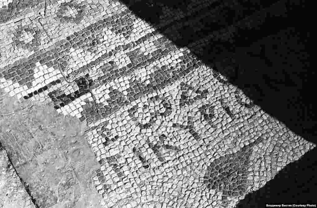 При створенні музею-заповідника «Херсонес Таврійський» у базиліці зберігалася мозаїка на початкових місцях, проте в подальшому більшу її частину прибрали в музейні приміщення. На фото – оригінальна грецька мозаїка на підлозі перед входом в центральний зал. Напис грецькою мовою говорить «Всяке дихання нехай хвалить Господа»
