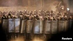 Украинские милиционеры стоят на площади в центре Киева. 24 января 2014 года.