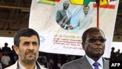محمود احمدی نژاد (چپ) در آوريل سال ۲۰۱۰ ميلادی برای ديدار با رابرت موگابه به زيمبابوه سفر کرد.