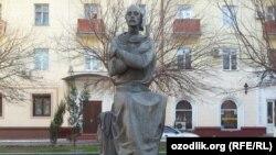 Грузин ақыны Шота Руставелиге Ташкент қаласында қойылған ескерткіш.