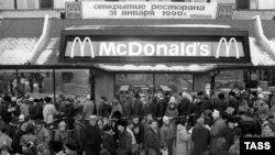 """Открытие первого ресторана """"Макдоналдс"""" в Москве, 31 января 1990 года (Архивное фото)"""