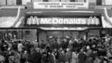 """Дълга опашка на Пушкинския площад. Предстои отварянето на първия """"Макдоналдс"""" в СССР. Датата е 31 януари 1990 г."""