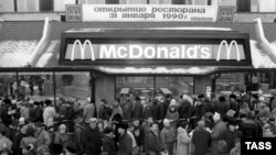 PHOTOGALLERY: Moscow, 1990: When The Big Mac Came To Town
