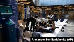 Застрявшие в Москве мигранты из Таджикистана в аэропорту Внуково. Москва, 31 марта 2020 года. Иллюстративное фото.