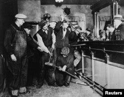 Агенты ФБР уничтожают подпольный бар. Нью-Джерси, 1931 год