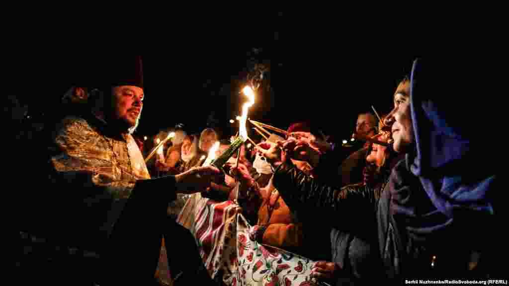Благодатный огонь из Иерусалима прибыл во Владимирский собор в Киеве
