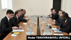 Главные темы, обсуждаемые с послами, по словам Вашадзе – это российско-грузинские отношения, судьба вынужденно пермещенных лиц и защита их прав, а также положение в регионе