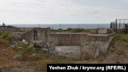 Дальномерный павильон береговых батарей №12 и 13 расположен прямо между ними
