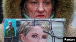 Прихильниця Юлії Тимошенко під будівлею суду, який розглядає справу Щербаня, 13 лютого 2013 року