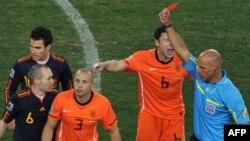 Голландия құрамасының белді қорғаушысы Джон Хейтинганың Испаниямен матч кезінде алаңнан қуылған сәті. Йоханнесбург, 11 шілде 2010 жыл