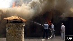 После артобстрелов жителям Луганска остается только тушить пожары