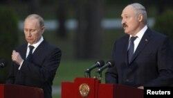 Vladimir Putin ocupat să omoare un țînțar în timpul conferinței de presă cu Al. Lukașenka la reședința acestuia de la Zaslavl lîngă Minsk