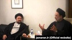 حسن خمینی (چپ) در کنار محمد خاتمی
