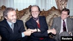 Ibrahim Rugova duke shtrënguar duart me Riçard Hollbrukun dhe Brajan Donellin, 10 tetor, 1998.