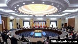 Кыргызстандык ишкерлер менен президенттин Ала-Арча резиденциясында өткөн жолугушуусу. 12-февраль,