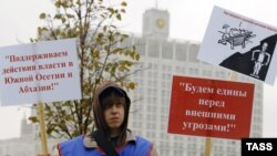 Дождь и ветер с Москва-реки не испугал участников митинга, требовавших достойной оплаты труда