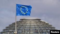 Флаг Евросоюза над Рейхстагом, Берлин, 2 апреля 2012