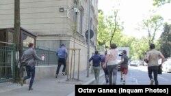 Jurnaliști români, alergând după un inculpat DNA din dosarul Tel Drum.