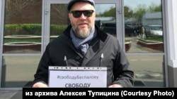 Алексей Тупицин на одиночном пикете против задержания координатора иркутского штаба Навального (архивное фото)