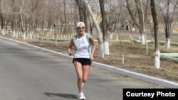 Бегунья Любовь Асанова из Казахстана участвует в сверхмарафоне «Гагаринские версты». Апрель 2011 года.