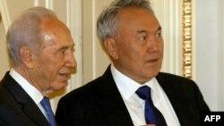Президенты Израиля Шимон Перес и Казахстана - Нурсултан Назарбаев - на встрече в Астане. 30 июня 2009 года.