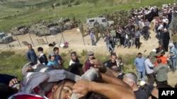 یکی از کشتهشدگان در مرز سوریه و اسرائیل، بر دوش معترضان فلسطینی