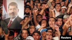 Членови на Муслиманското братство со поддршка за Морси.