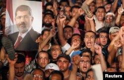На улицы Каира вышли и сторонники Мурси - между ними и противниками президента продолжаются столкновения