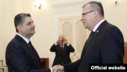 Встреча премьер-министра Армении Тиграна Саргсяна (слева) с заместителем генсека ООН Юрием Федотовым, Ереван, 22 октября 2013 г. (Фотография - пресс-служба правительства Армении)