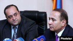 Армения -- Премьер-министр Армении Овик Абрамян (справа) представляет новоназначенного министра юстиции Ованнеса Манукяна сотрудникам ведомства, 5 мая 2014 г.