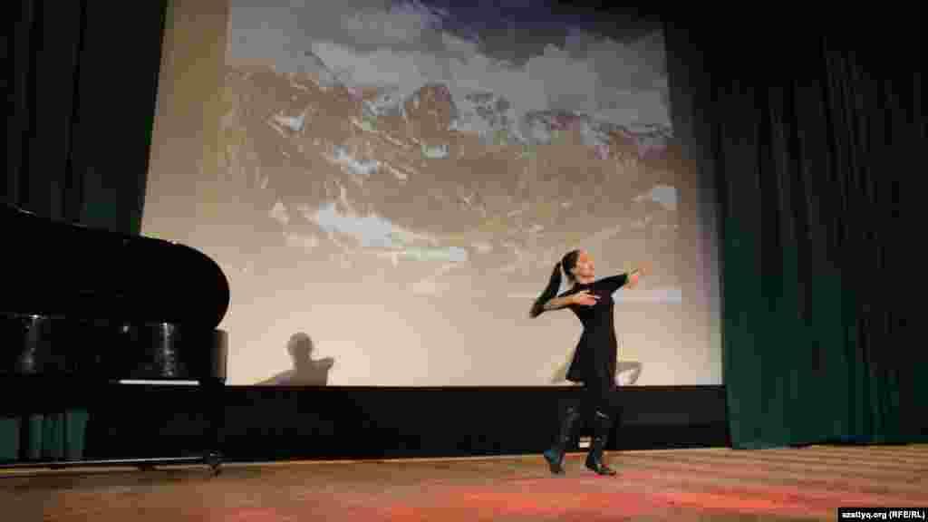 Динара Кубеевая, студентка из Казахстана, танцует на конкурсе талантов в Праге. Она исполнила лезгинку, традиционно мужской танец на Кавказе.