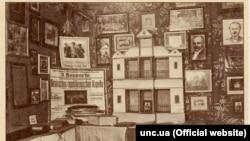 Поштівка. Музей Визвольної боротьби України, Прага. На фото: куток театрально-мистецького відділу музею. Це був насамперед музей дипломатичних документів часів УНР та Української Держави (1917–1921)
