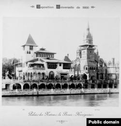 Pavilionul bosniac (stânga) de pe malurile fluviului Sena. Structura a fost inspirată de arhitectura lesne de recunoscut a castelului Gradacac din Bosnia. În dreapta este pavilionul maghiar.