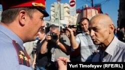 Констаттин Косякин (справа) был задержан по факту появления на Триумфальной площади