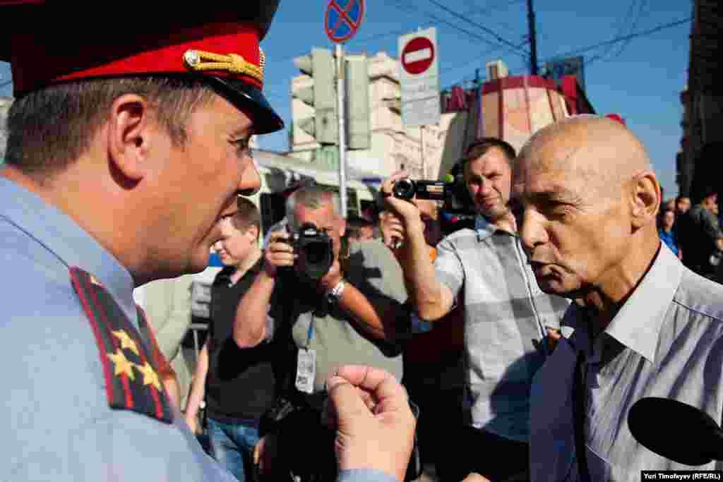 Константина Косякина, как только он появился на Триумфальной, предупредили, что раз он заявитель мероприятия, то за всё в ответе и задержали