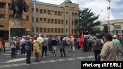 Противниците на Договорот со Грција почнаа да се собираат за протестот закажан пред Собранието