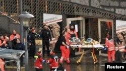 Спасатели увозят раненых с площади Сент-Ламбер в центре Льежа