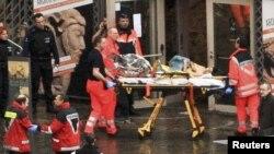 Beşçikada xilasedicilər yaralılara yardım edirlər. 13 dekabr 2011