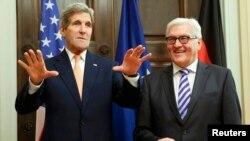 ABŞ-nyň döwlet sekretary J.Kerri (ç) we Germaniýanyň daşary işler ministri F.Steinmeier, Berlin, 21-nji oktýabr, 2014