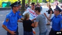 Полиция задерживает противницу ЛГБТ в Одессе, архивное фото
