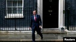 Дейвід Камерон виходить із резиденції прем'єра в Лондоні, щоб зробити заяву про дату відставки, 11 липня 2016 року