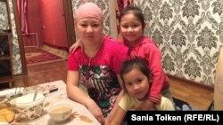 Жадыра Кенжебаева с детьми. Жанаозен, 16 декабря 2016 года.