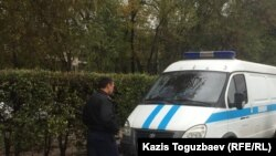 Полицейский рядом со служебным микроавтобусом. Иллюстративное фото.